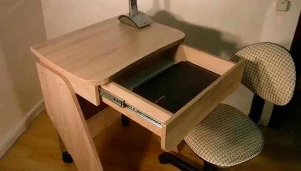 Маленький письменный стол