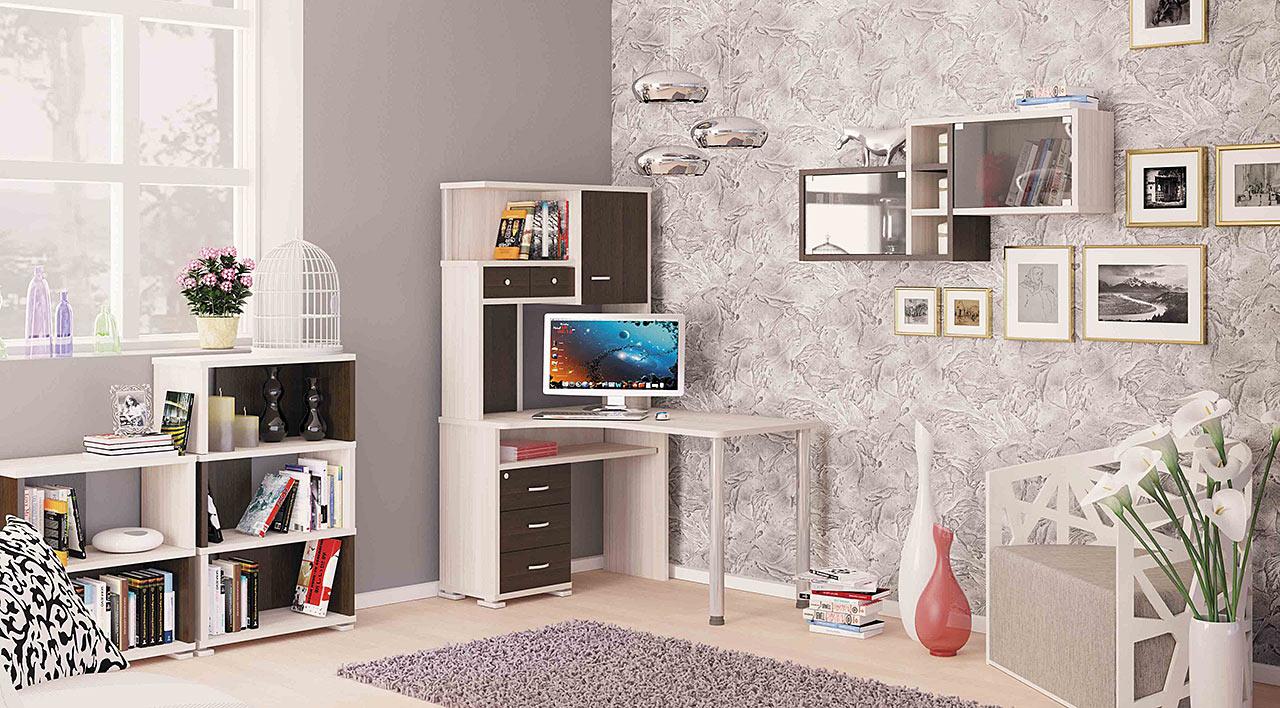 Маленький письменный стол в интерьере