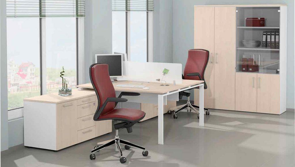 Два письменных стола напротив друг друга для двоих детей