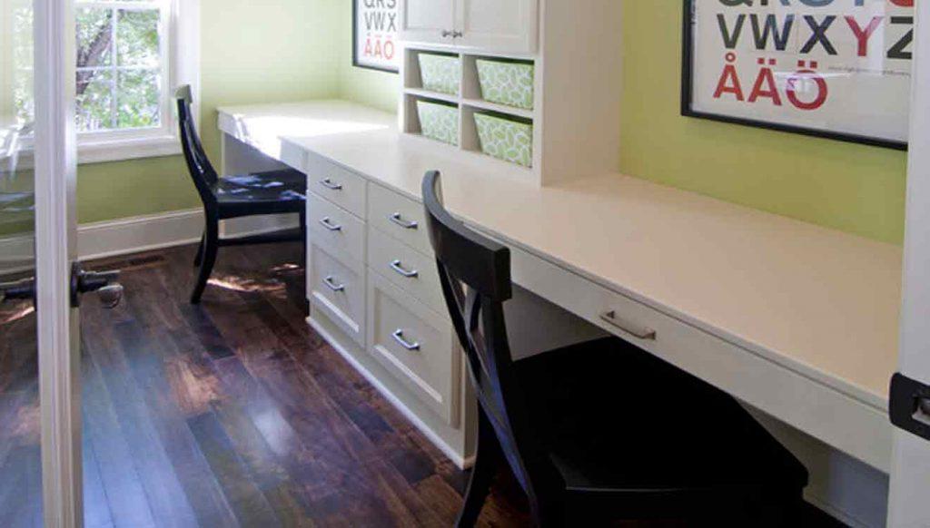 Письменный стол для двоих детей вдоль стены