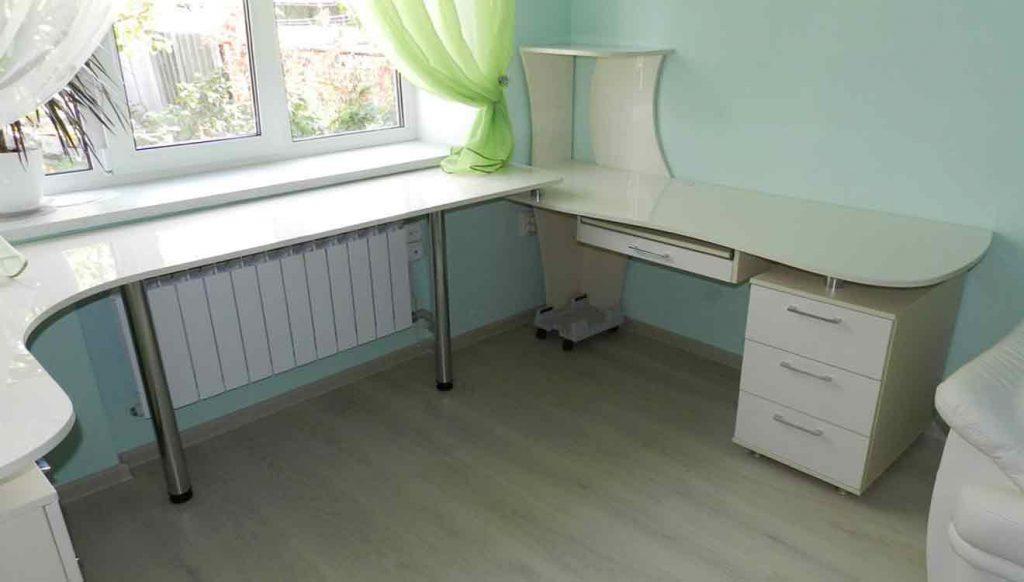 Угловой письменный стол для двоих детей