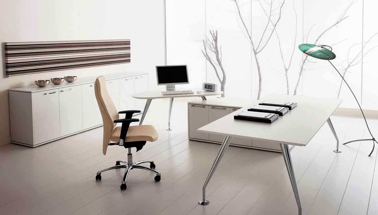 Прямой компьютерный стол без надстроек