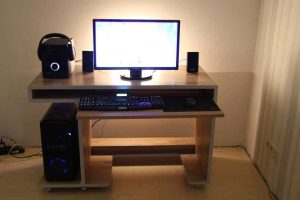 Стол для компьютера с выдвижной столешницей под клавиатуру