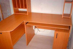 Угловой компьютерный стол с надстройкой или шкафчиками