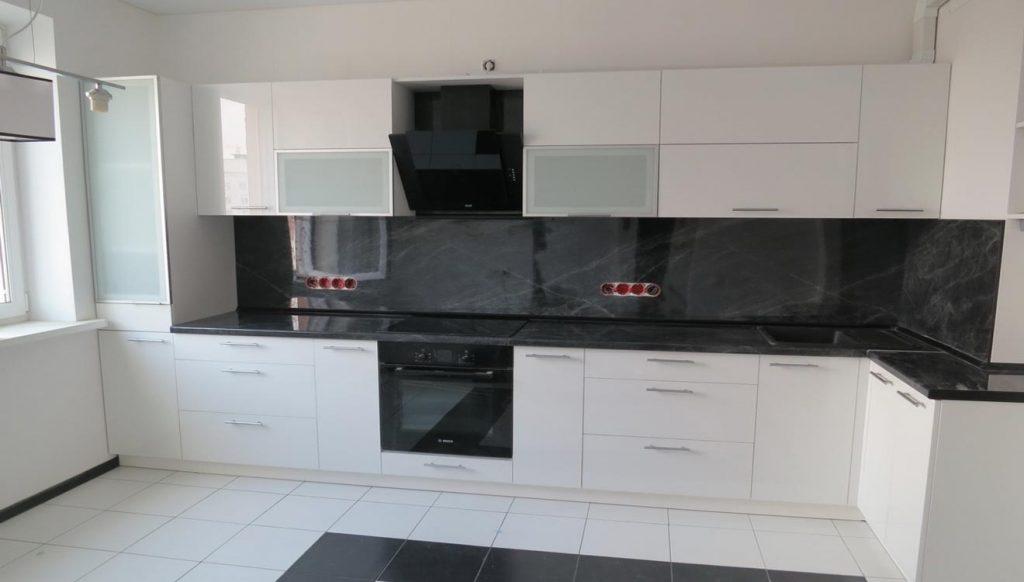 Кухня светлая с темной столешницей